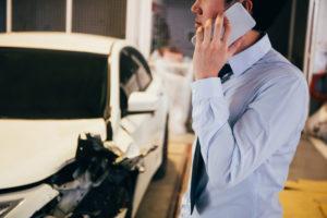 事故に遭い電話している男性